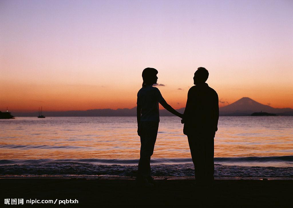 夕阳老人牵手背影图 夕阳老人背影唯美图 老人牵手背影唯美图
