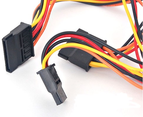 一根电源线上带两个硬盘的接口,两块硬盘可以都接在一根电源线上吗图片