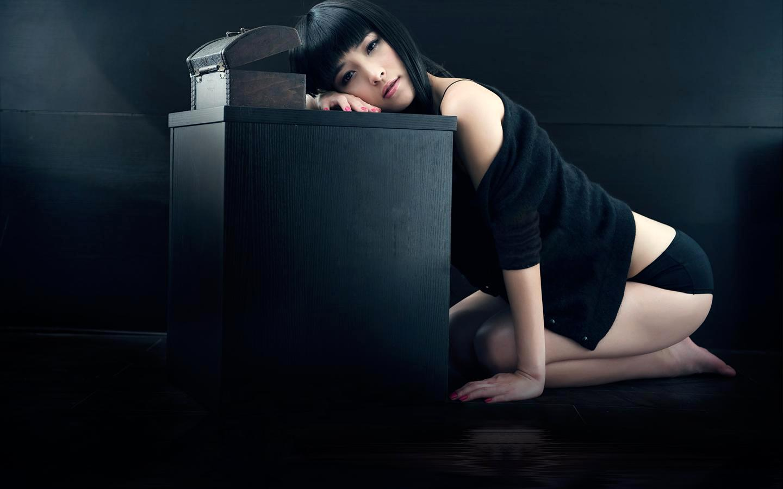 穿黑色短裤和上衣爬在桌子上的美女写真叫什么名字?
