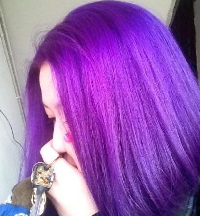 紫色头发的女孩,头上有发箍,腿穿方块形丝袜.大概是动漫里的一个人物.图片