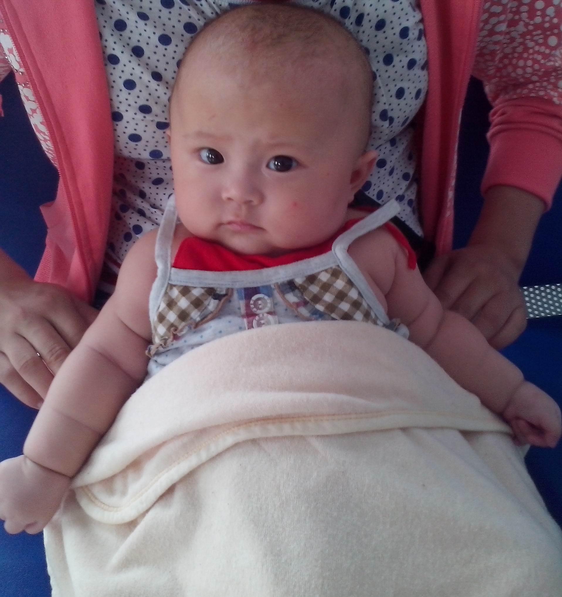 四个月婴儿头歪,睡觉时应该朝哪睡来纠正高清图片