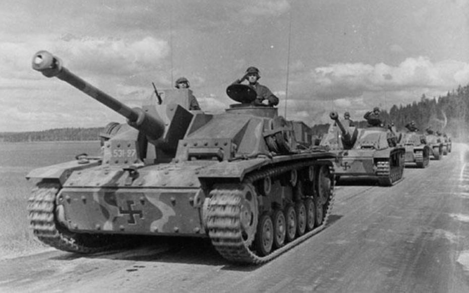 3号突击炮(名字上说是突击炮,实际上它经常被当成坦克歼击车使用)