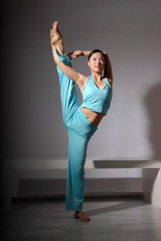 求女孩光脚练瑜伽或舞蹈的照片