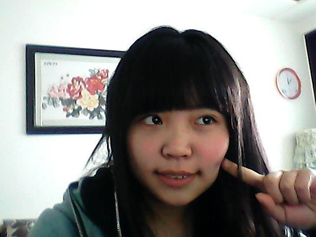 头发不多,中长齐发.大家觉得我适合烫个什么发型染个什么颜色的呢?图片