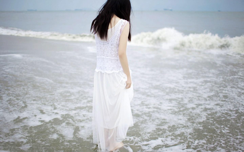花辫的女生背影