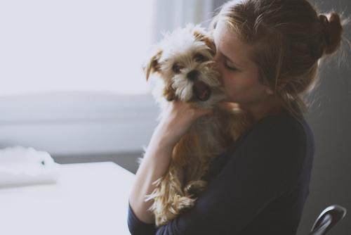 女生对着狗狗的头像