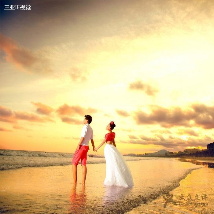 老人沙滩牵手唯美图_两人手牵手向夕阳走去的图片