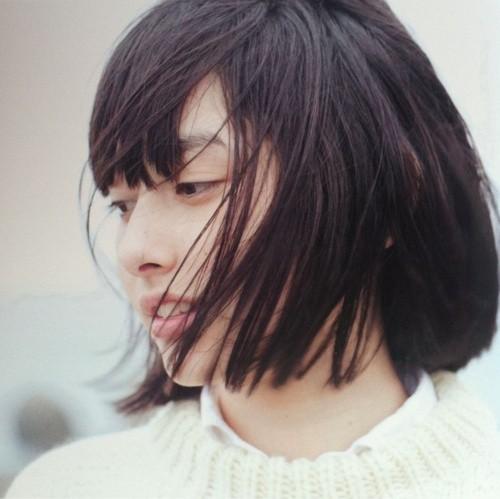 找一张微笑女孩的图片 风吹乱头发 微笑 短发的图片