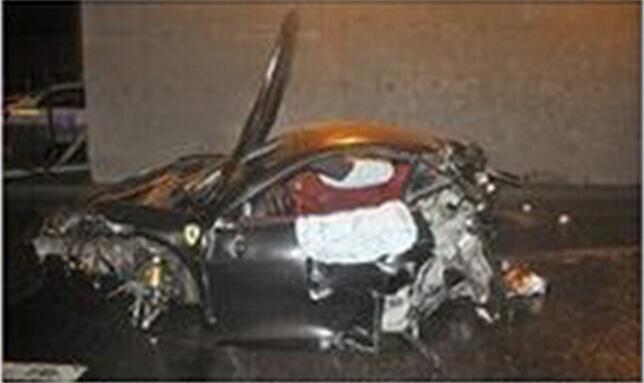 事故现场的法拉利轿车.昨日4时,该车途经北四环辅路时,撞击高清图片