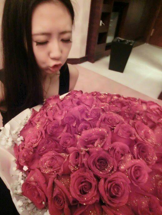 我要一个漂亮女孩手捧着玫瑰