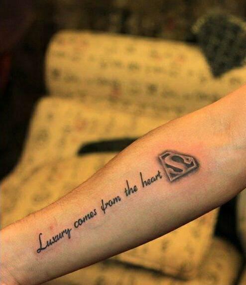 这个超人纹身上的英文字母是什么意思图片