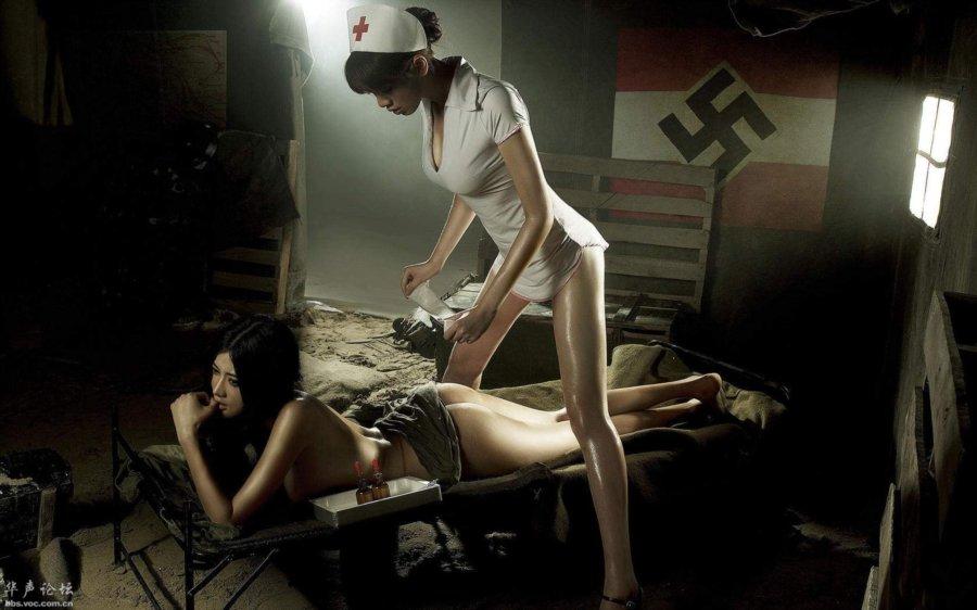 下面爬个美女上面站个护士美女后面有个纳粹的党旗的