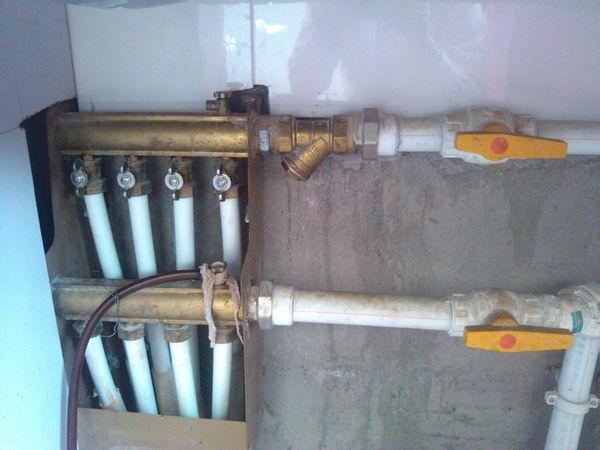 顶楼把边房子地暖不热如何处理,四根白管子上的阀门可以打开吗图片