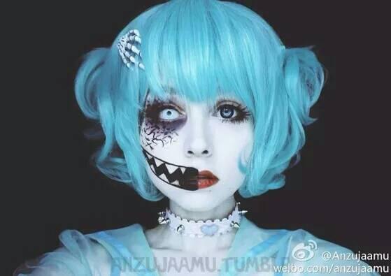 一张cospaly图片只有头像,青色是主体,女主的脸一边是