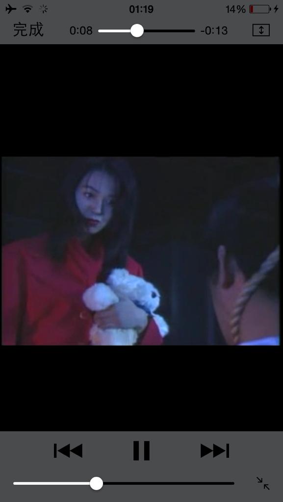 红高跟鞋的美女拿着一个娃娃踩男人