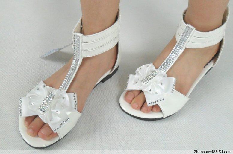 求小女孩光脚凉鞋图片