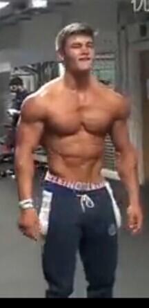 帅男人强壮的胸部的照片