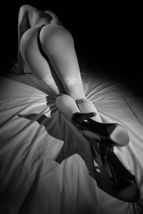 是一个女人穿着黑丝黑高跟跪