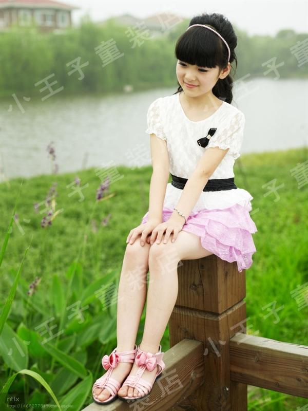 12岁女孩光脚穿凉鞋高清 12岁女孩发育照 初中生女孩光脚穿凉鞋图片