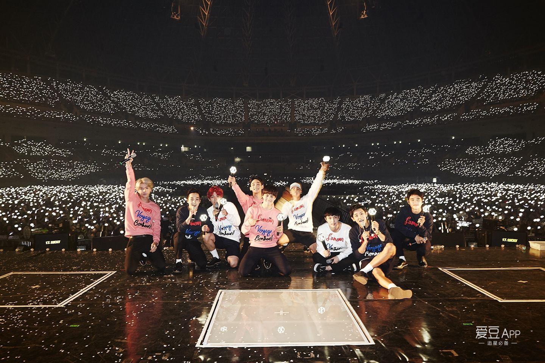 exo九人坐在舞台上与银海拍照2016年类似于这张高清版图片