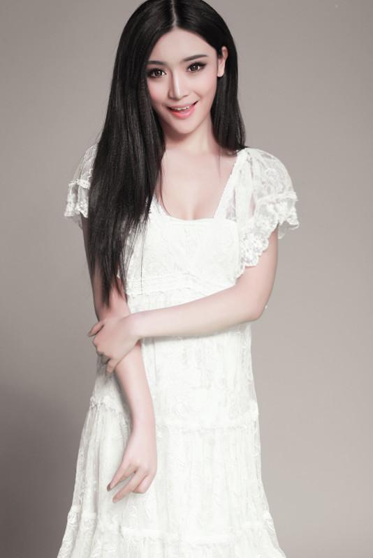百度图片里的气质美女生活照的第二张穿白色衣服没有