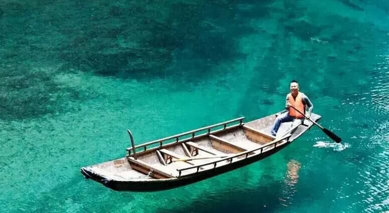 小船浮在湖面上