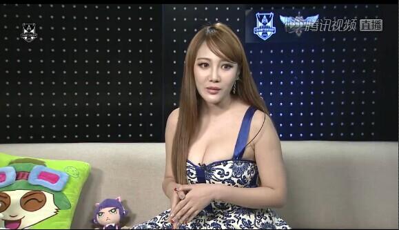 lol2014夏季联赛坐在沙发上的女主播
