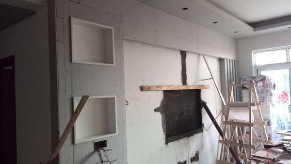 墙壁是米黄壁布,房顶白色,电视背景墙(有个门框造型)边框用什么色好?图片