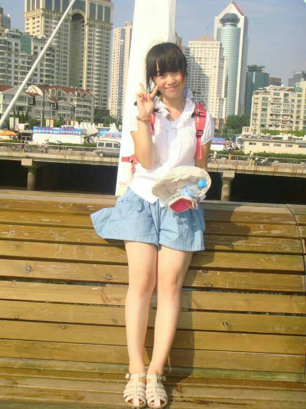 中女生的光脚照片