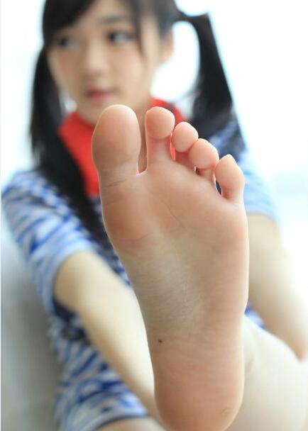 我现在需要几张初中女生的光脚照片