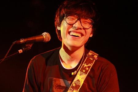 这个歌手的名字是什么? 戴眼镜