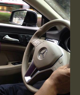 奔驰方向盘自拍_这个方向盘是奔驰的哪一款车型?