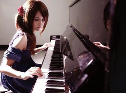 求女生弹钢琴的唯美图片