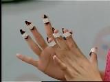 古筝的指甲有凹槽的一面是贴住手还是背向手?大指呢?图片