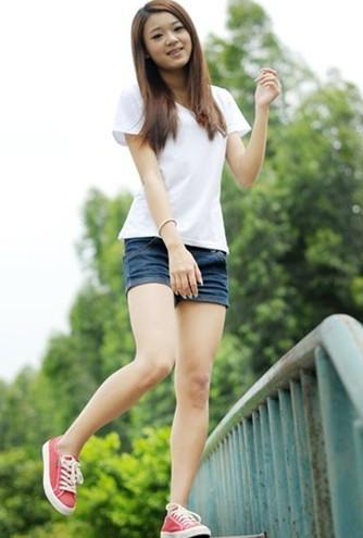 求一张美女光脚穿帆布鞋的照片