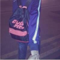 求那个男女学生背着书包穿着校服的情侣头像,女生是短发,整个头像底色图片