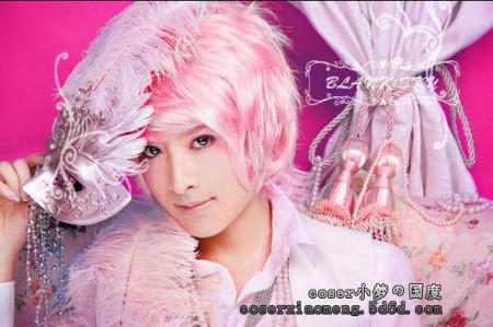 coser小梦有一个 cos 的角色是 粉红头发 的,手里