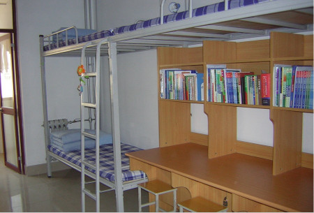 2010山东中医药大学药学院新生宿舍每个人都有桌子吗图片