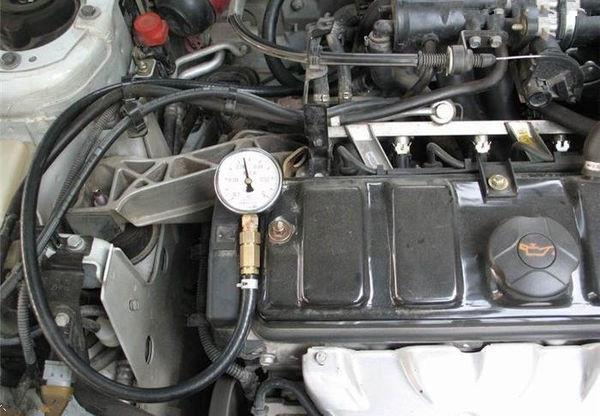 汽车发动机真空管位置高清图片