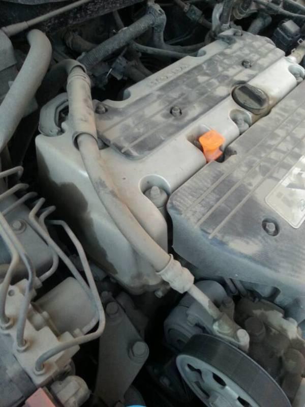 七代雅阁发动机旁边有油渍,是哪里漏油吗高清图片
