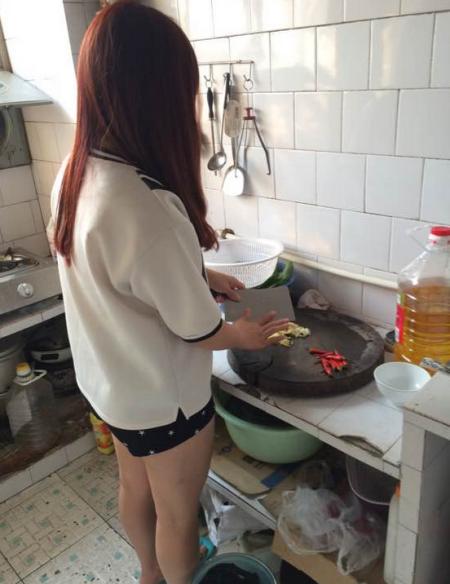 仅穿围裙做饭的美女