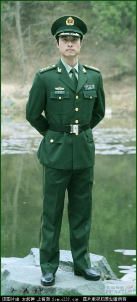 为什么07式军服里有的常服胸前有口袋有的没的口袋 如图图片